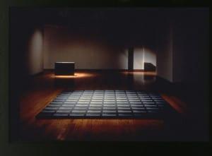 Alfredo Jaar, Real Pictures, 1995–2012, Installation (6 monuments composés de 291 boîtes d'archives sérigraphiées, comprenant 291 photographies) http://www.alfredojaar.net/
