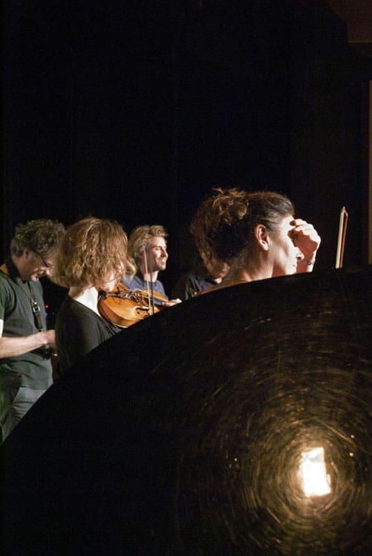 Musique action 2012, salle des fetes, Vandoeuvre-les Nancy, 17 mai 2012 : la formation AZEROTROPE pendant les essais de lumiere avant leur concert.