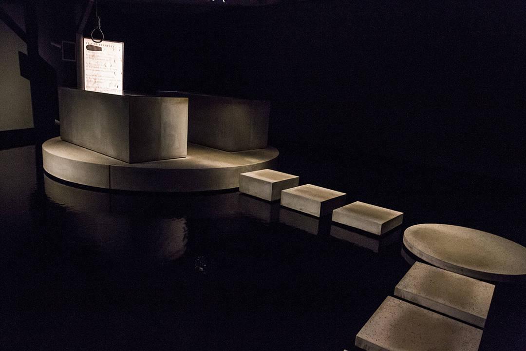 Salle rempli d'eau avec le sarcophage de la momie au MONA